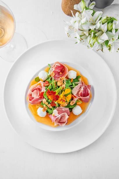 Salada Vulcano: combina melão, presunto cru, rúcula, queijo de cabra e amêndoa tostada