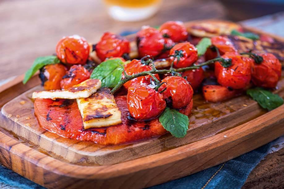 Karpoúzi: melancia, queijo haloumi, tomatinhos e hortelã