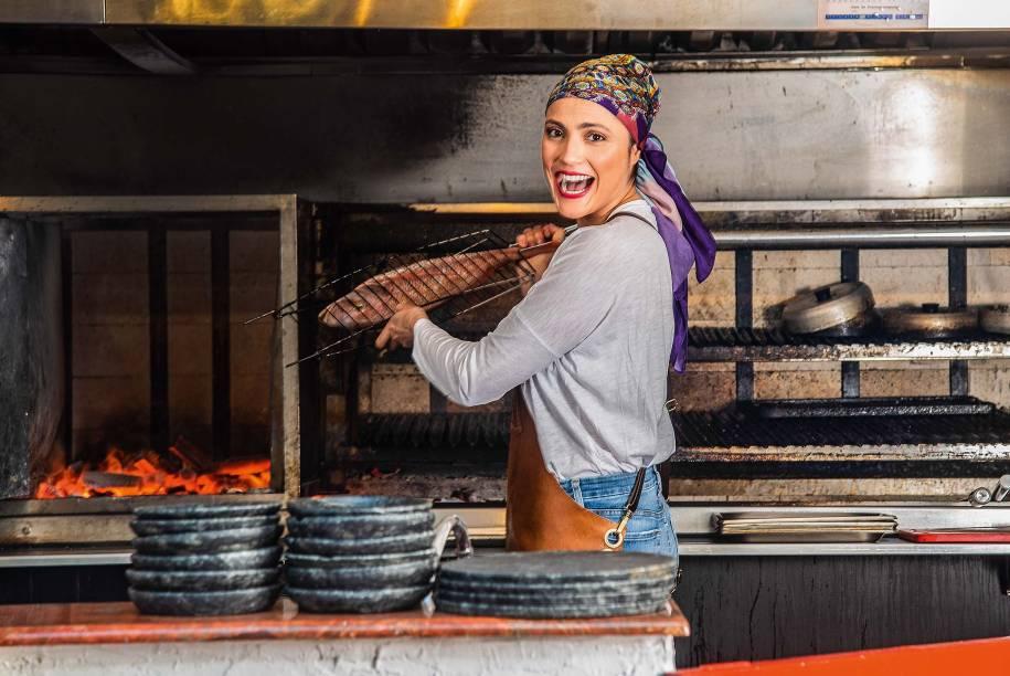 Mariana: pratos na brasa em primeiro plano