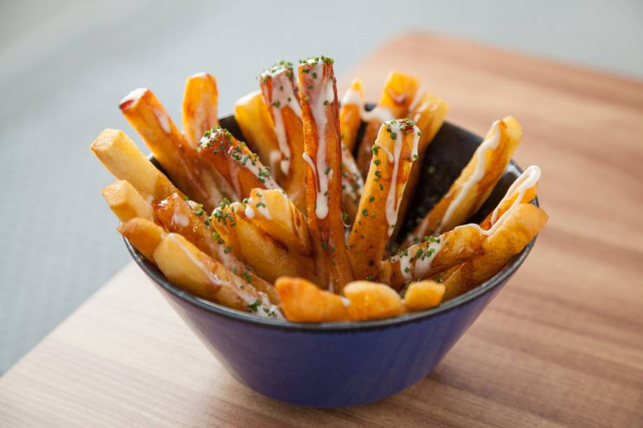 Batatas fritas: são cobertas por molho demi-glace mais mussarela