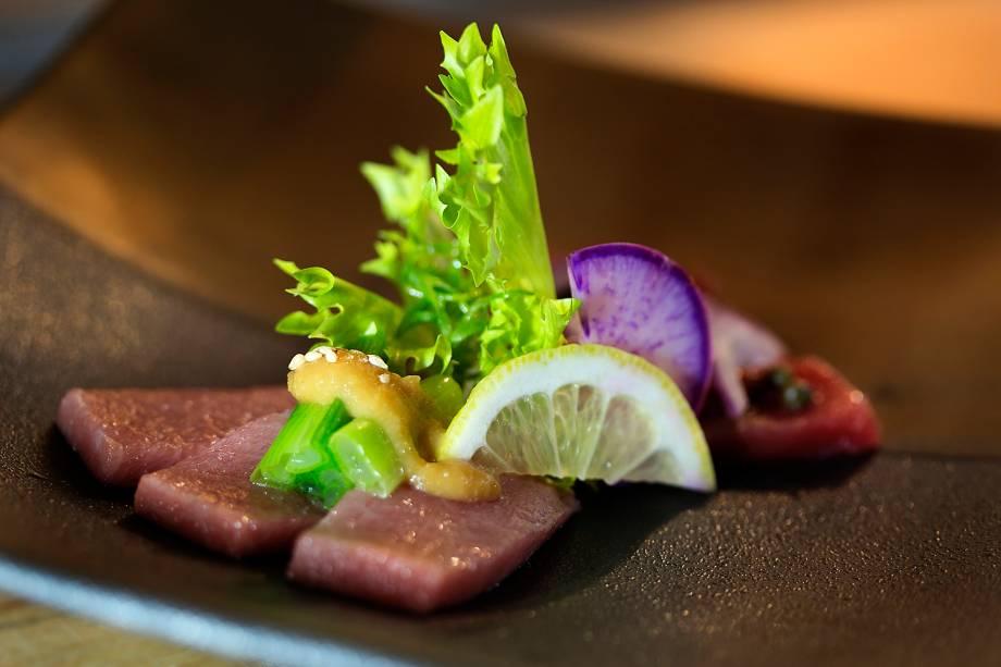 Duo de atum bluefin com missô e ameixa japonesa: prato com a assinatura do chef