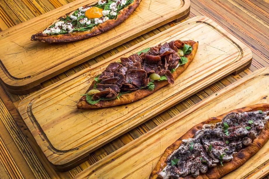 Pides: pizzas turcas alongadas recebem coberturas