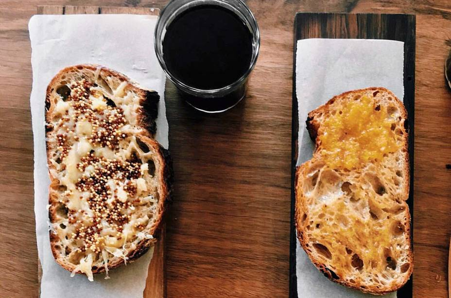 Dupla de tostadas: queijo quente e manteiga mais geleia da estação