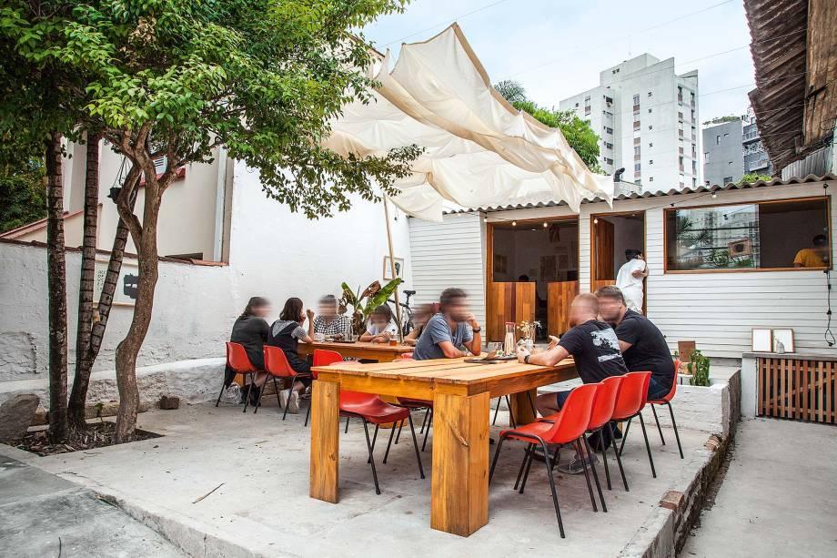 Espaço aberto: quintal com mesas compartilhadas