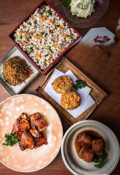 Seleção de comidinhas prontas do Sozai: frango ao teriyaki e barriga de porco estão entre os itens