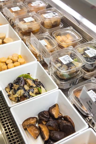 Legumes e cogumelos cozidos no dashi: vendidos por peso