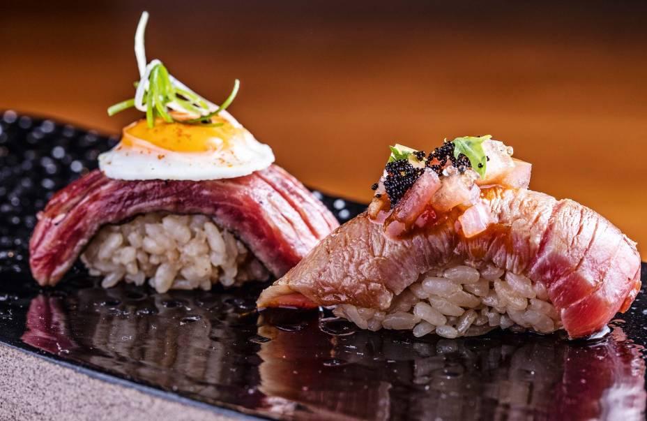 <span>Sushis de atum e de carne de wagyu: arroz escuro pelo uso de vinagre envelhecido</span>