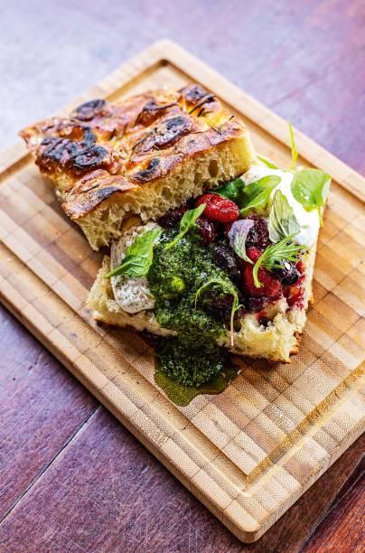 <span>Focaccia com burrata, geleia de frutas vermelhas, pesto e minifolhas: opção do brunch</span>