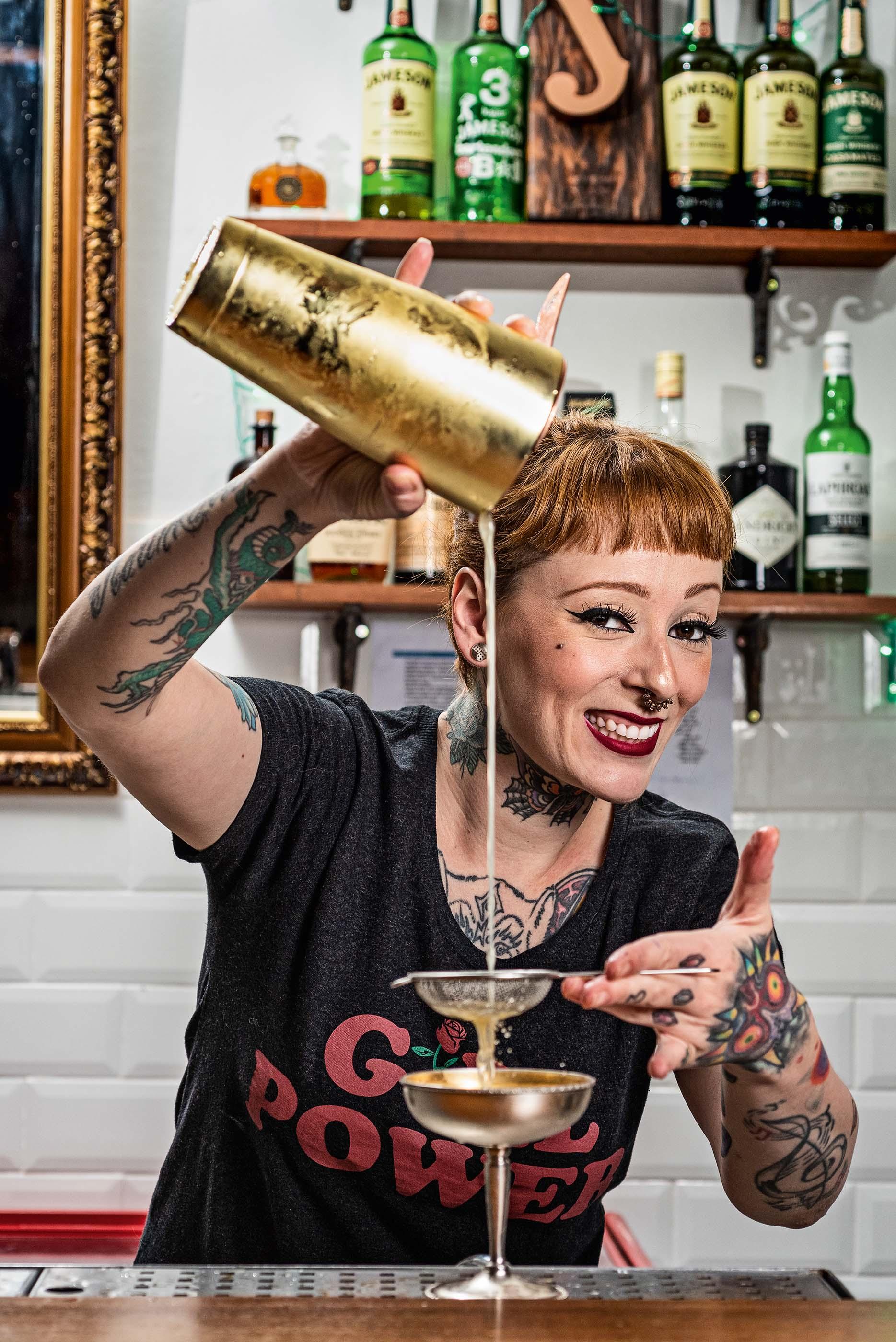 A bartender, Stephanie Marinkovic, coando um coquetel