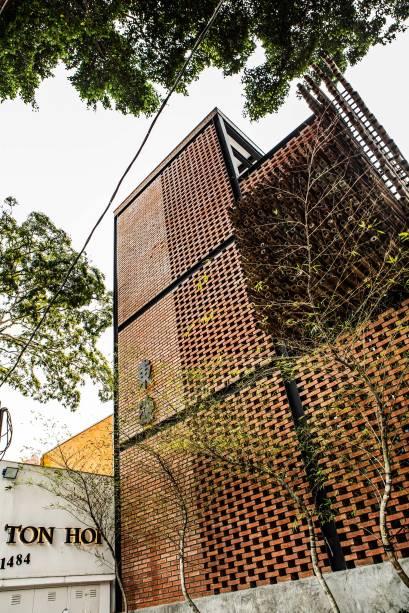 A fachada: instalada em avenida movimentada