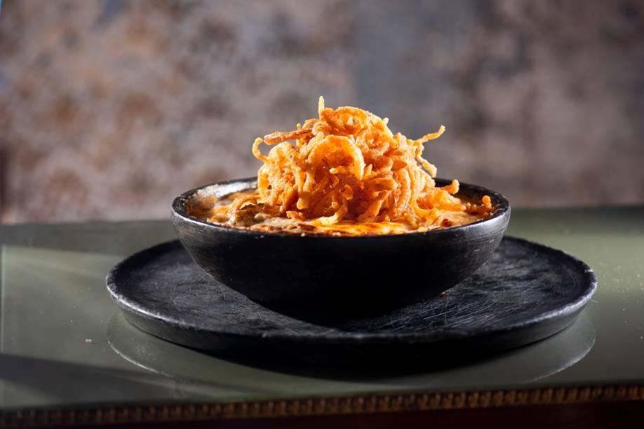 Mussaká recriada: cubos de carne e de cenoura em molho de tomate e queijo com lâminas de berinjela