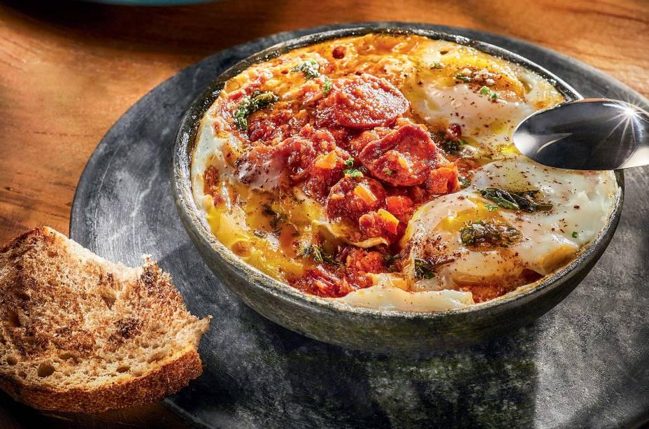 Shakshuka, ovos cozidos em molho de tomate com pimentão: toque extra de linguiça