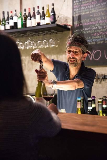 <span>O romano Gianluca Zucco: dono é responsável pelo garimpo das garrafas</span>