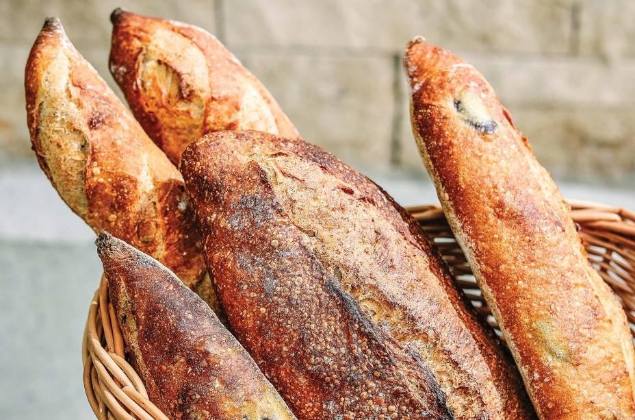 Baguete, filão de azeitonas e pão de campanha