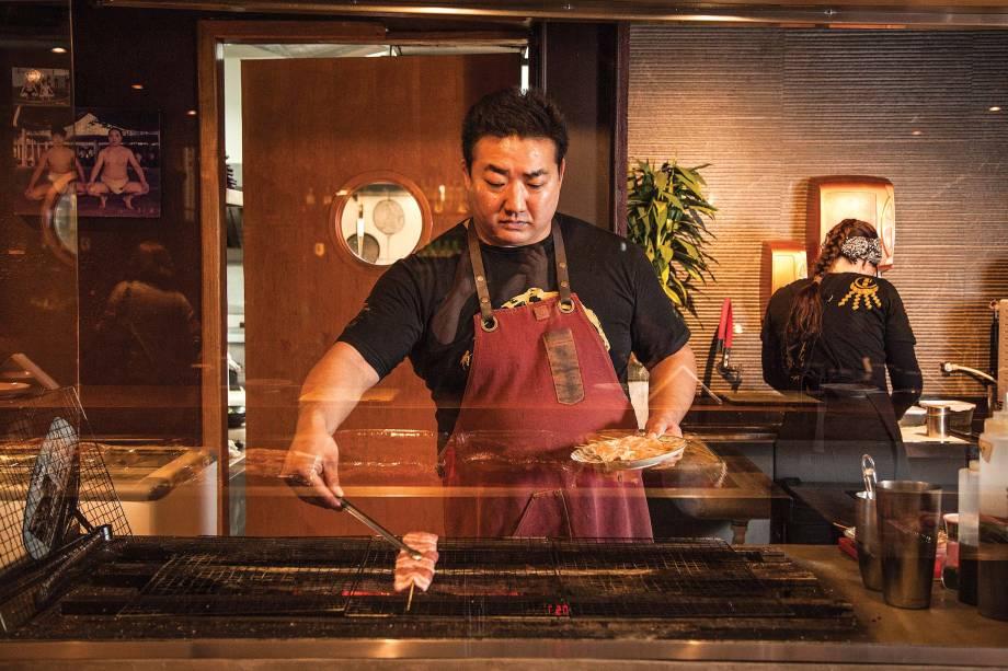 O sócio Fernando Kuroda: preparos na grelha e na cozinha