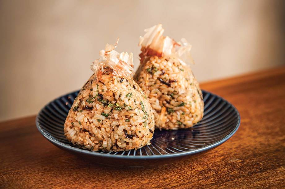 Oniguiri: bolinhos de arroz bem temperados com umê e erva shissô