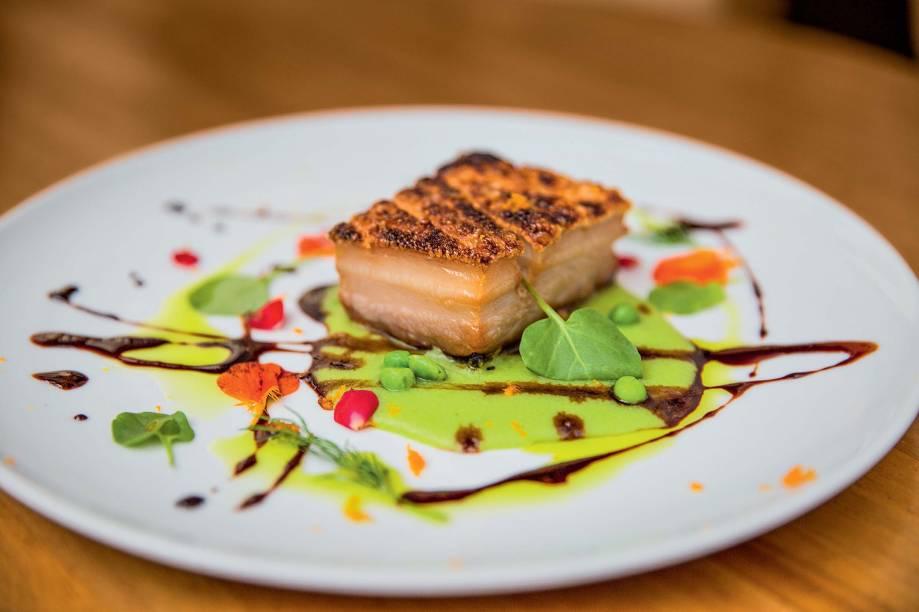 Pancetta de porco assada com purê de ervilhas