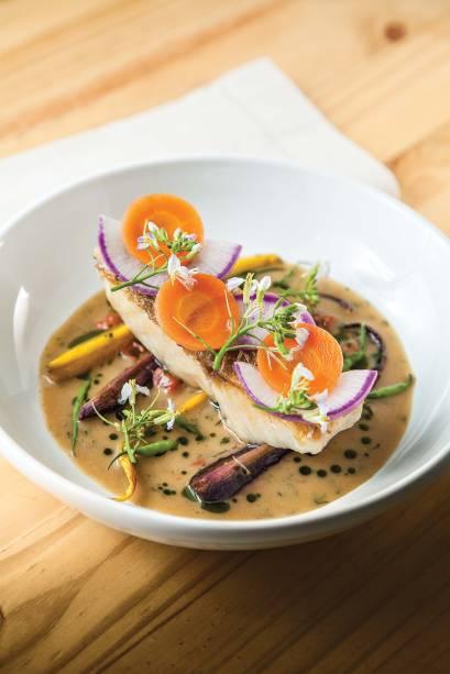 Peixe do dia: servido ao lado de cenoura assada, rabanete e caldo de alho-poró