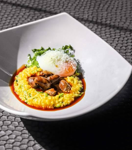 Corações de frango: servidos com polenta cremosa, ovo perfeito, rúcula e queijo pecorino