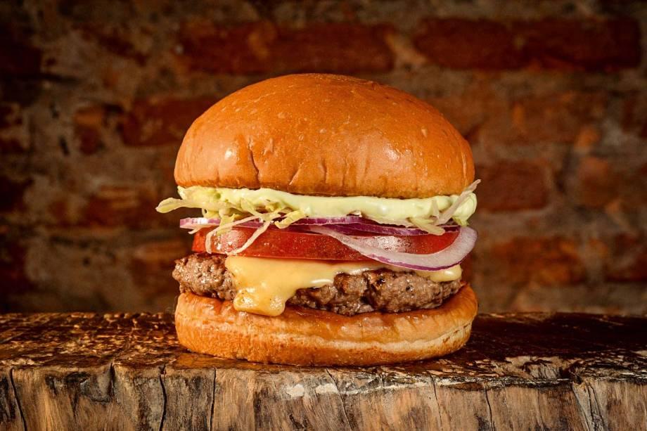 Hambúrguer com cebola-roxa, alface, tomate, queijo prato e maionese verde no pão artesanal