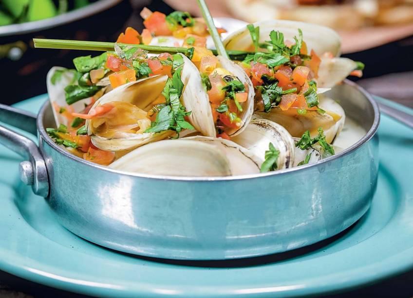 Sarnambi: marisco branco ao curry verde com capim-santo, coentro e cubinhos de tomate