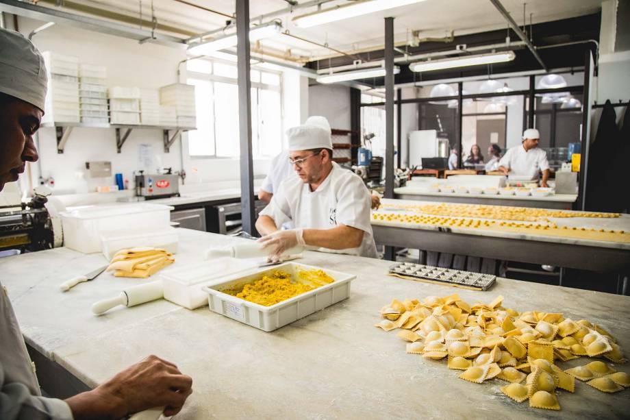 Produção de massas: trabalho feito a mão