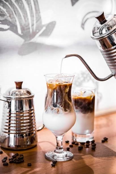Latte frio: com pedras de gelo
