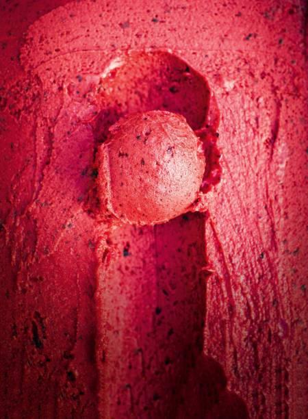 Cubas coloridas por sorvete vibrantes: como o de frutas vermelhas