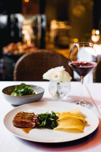 Clássico servido no Chef Rouge: peito de pato ao molho de laranja com brotos de agrião e tela de batata