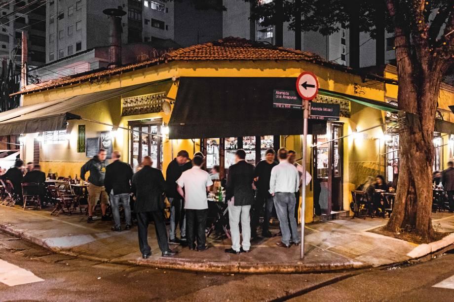 Casa de Moema aberta há mais de três décadas: público adora beber na calçada