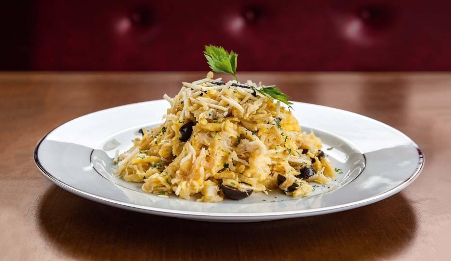 Bacalhau à brás: com batata palha, cebola frita, ovo mexido, azeitona e salsa
