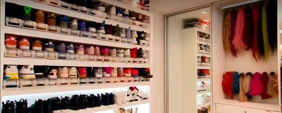 Closet lotado de roupas e acessórios