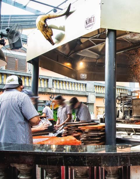 Brasas movidas a carvão e a macieira: onde trabalha uma equipe de oito churrasqueiros