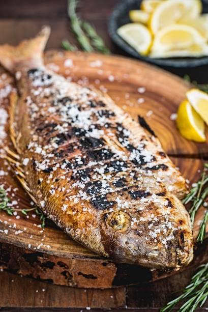 Peixe inteiro: prato principal no grego Fotiá