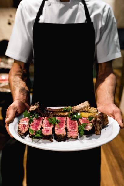 Feitos perto da brasa: costata di manzo, carne de black angus maturada, e costeletas de cordeiro