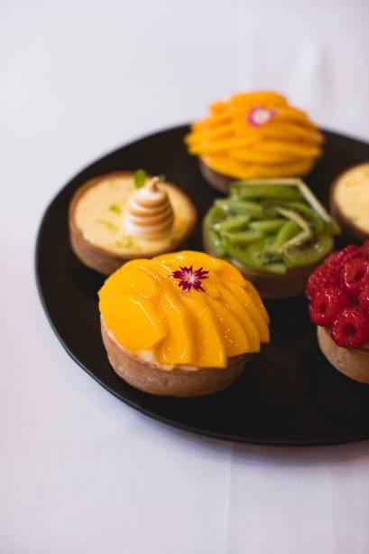 Tortas de massa de farinha de amêndoa: versões de manga, framboesa, limão e kiwi