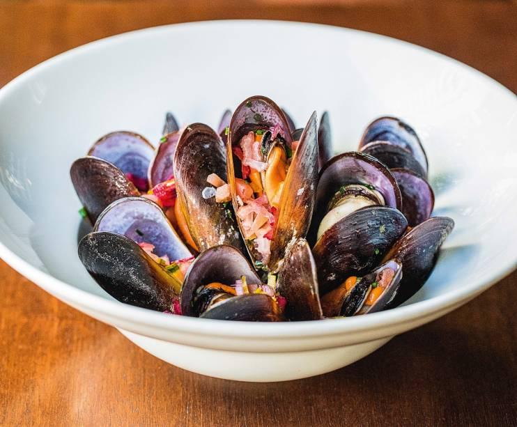 Mexilhões com tomate, cebola e talos de acelga: saboroso prato de frutos do mar