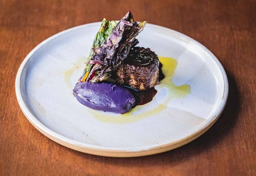 Paleta de cordeiro: acompanha purê de batata-doce roxa e folhas tostadas