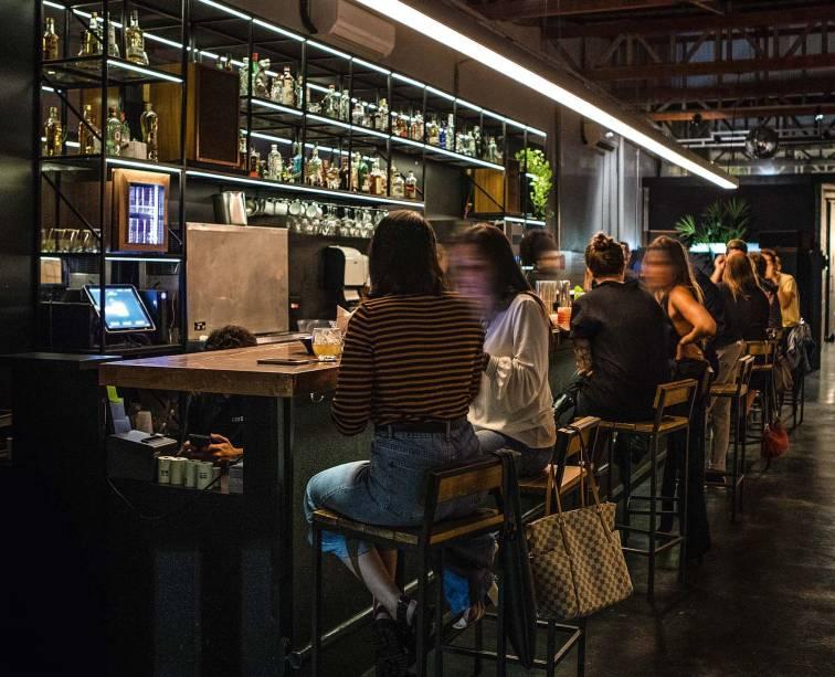 O balcão do bar, na Vila Buarque: foco é a música analógica