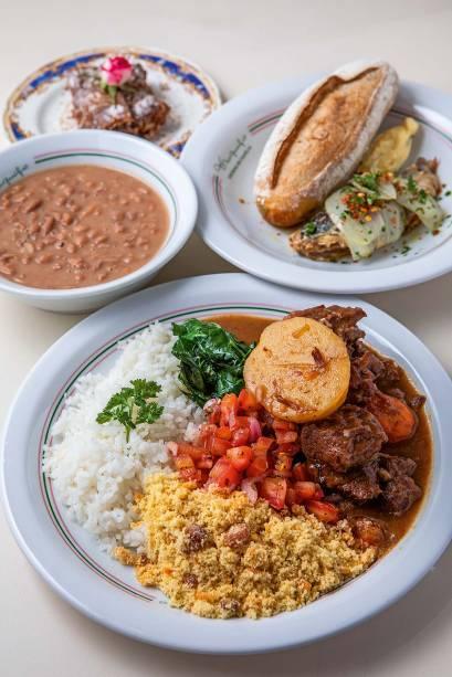 Carne de panela com arroz, farofa, vinagrete e couve mais feijão, servido à parte: pedida do menu executivo