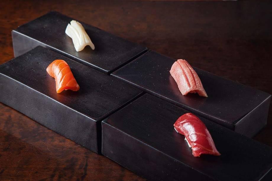 Sequência de sushis: opções com chutoro, atum, lula e salmão