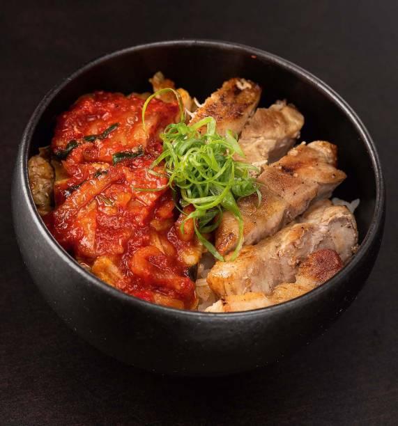 Tigela de arroz: coberta de kichi, a conserva de acelga fermentada e apimentada, e pancetta
