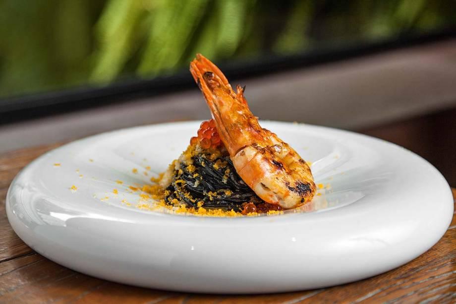 Espaguete negro de tinta de lula ao ragu de peixe e vinho branco com bottarga, ovas de salmão e camarão: pedida no Picchi