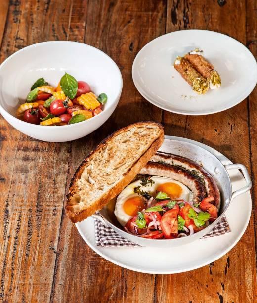 Menu executivo: linguiças artesanais com ovos e pão tostado acompanham saladinha de tomatinhos com hortelã e cannoli