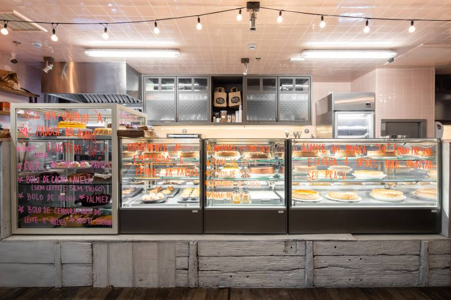 Vitrine da loja de shopping: salgados e receitas de almoço