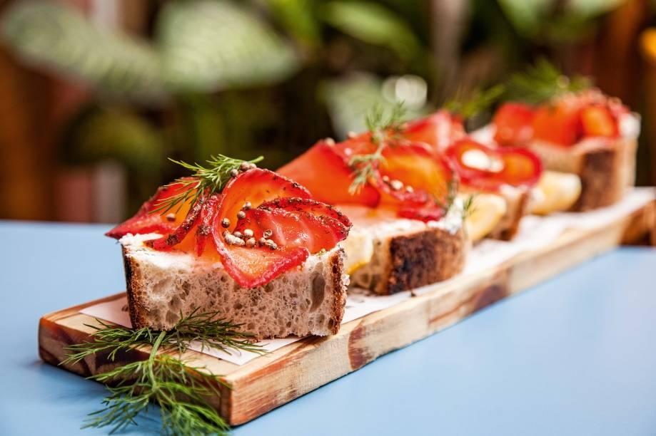 Pão de sal e alecrim: usado para compor a deliciosa tostada de ricota temperada com salmão gravlax, sementes de coentro e dill