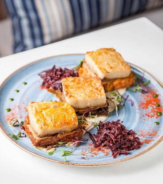 Trio de mussaká: vegetariana, com camarões e a clássica revisada, feita com queijo de cabra e carne moída