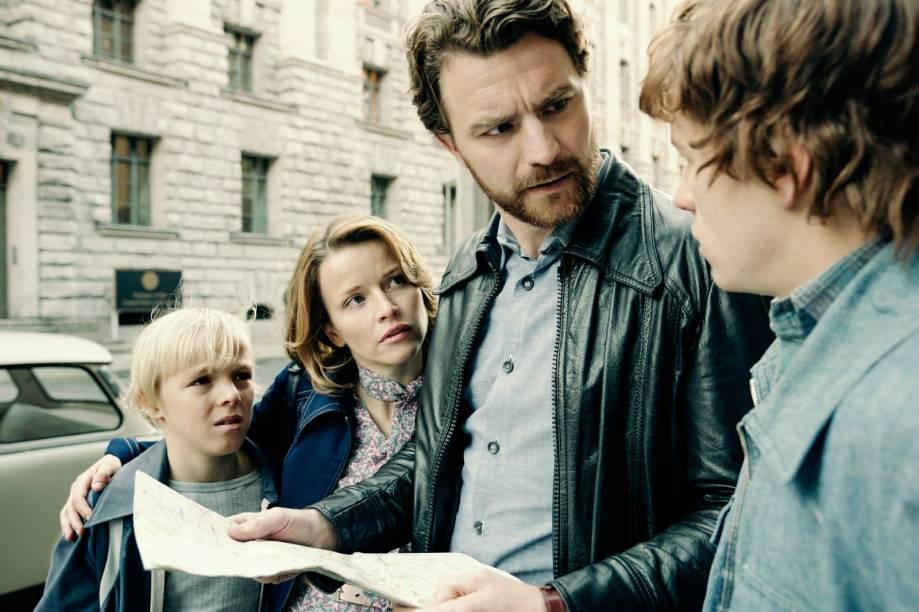 Familie Strelzyk (Tilman Döbler, Karoline Schuch, Friedrich Mücke, Jonas Holdenrieder) sucht die US-Botschaft in Berlin.