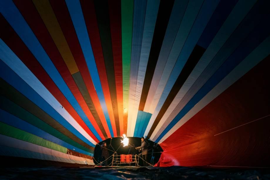 Kurz vor dem nächtlichen Start: Der Ballon entfaltet sich