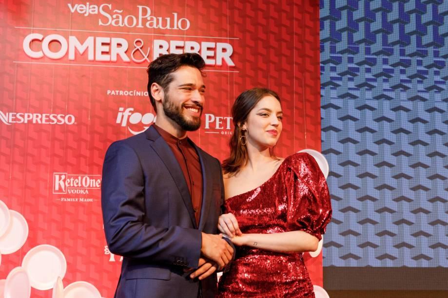 Bruno Fagundes e Nicole Rosemberg: apresentadores da noite